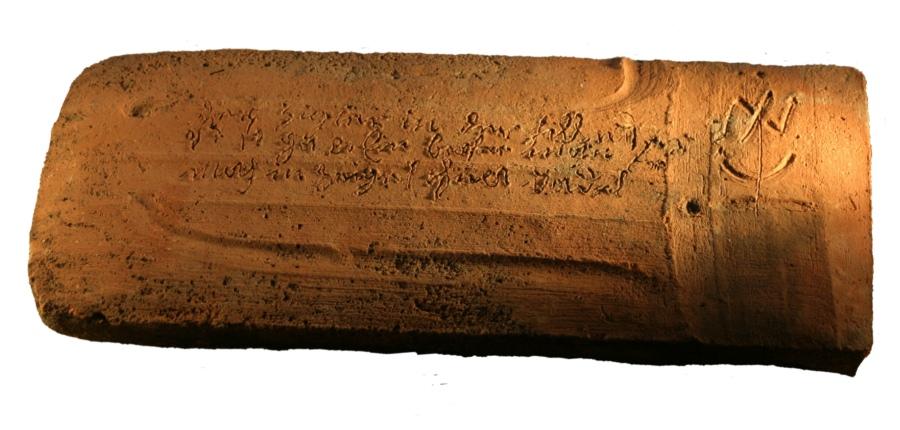 """Spruchziegel Aufschrift: """"Der Ziegler in der Hütte isst gar ein brafer Mann er macht den Ziegel ohne Tadel C.Z."""" ; Freudenstein, um 1700"""