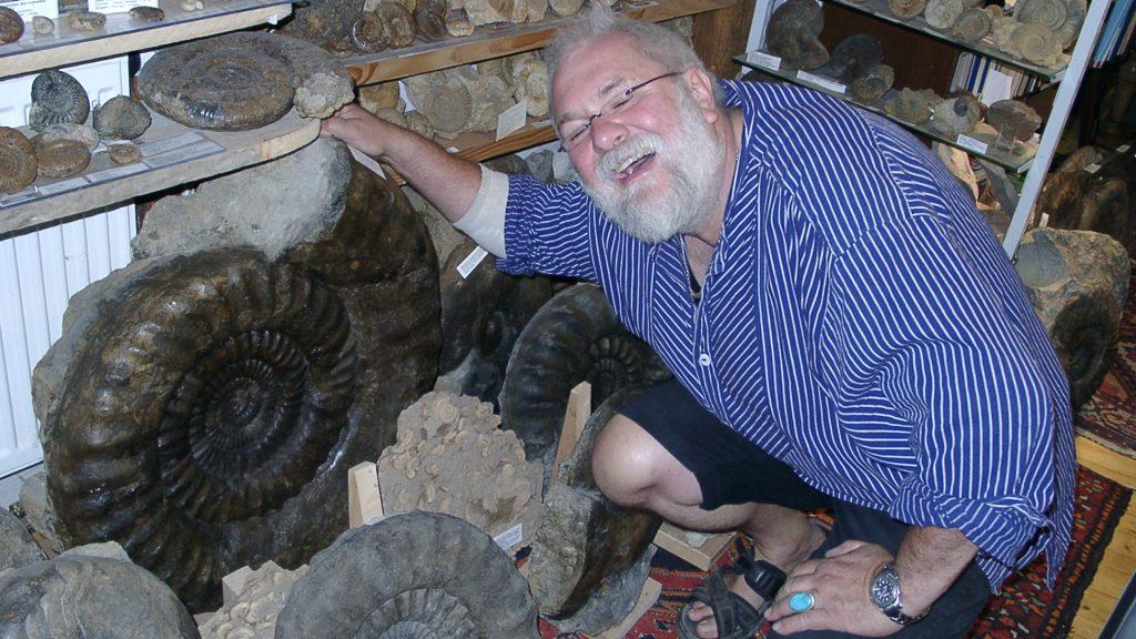 Ede mit einem versteinerten Ammoniten